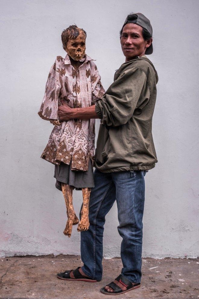 Ölüleri gömmüyor, birlikte yaşıyorlar ! galerisi resim 1