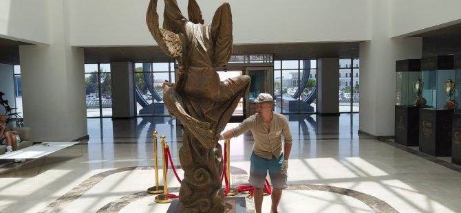 """Koronavirüs salgını ile verilen mücadeleye """"Melodi"""" adını verdiği heykel ile destek verdi"""