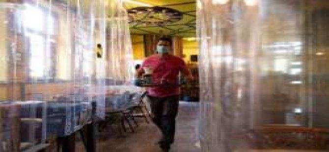 İngiltere'de kafe sahibi, önlem için masaları duş perdeleriyle ayırdı