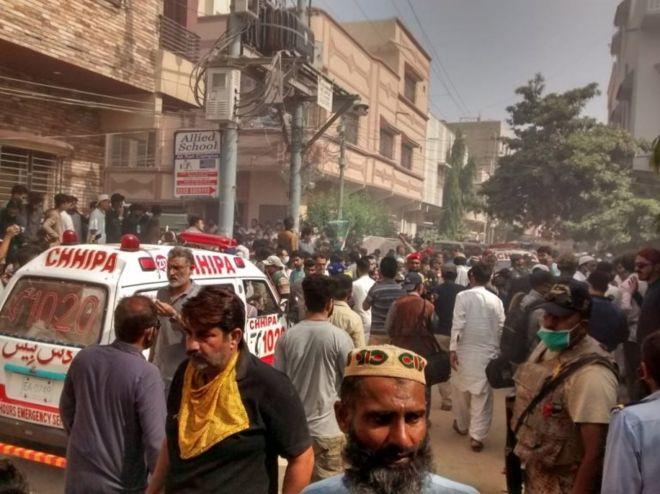 Pakistan'ın Karaçi kentinde 107 kişiyi taşıyan yolcu uçağı yerleşim alanına düştü