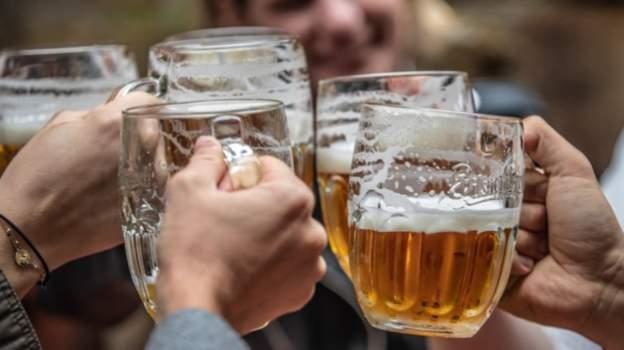 Çek Cumhuriyeti'nin en büyük bira üreticisi, tüm barlarda bir bira söyleyene ikincisini ücretsiz verecek