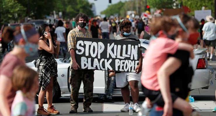 Polisin, bir siyahı gözaltına alırken boğarak öldürmesi Minneapolis'te halkı sokağa döktü