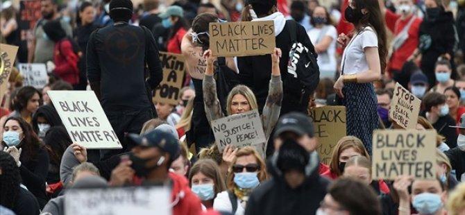 Buffalo'da 75 yaşındaki göstericiyi yaralamaktan açığa alınan polislere destek istifası...