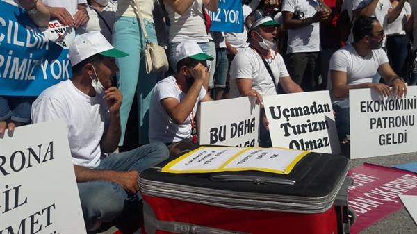Turizmcilerin eylemi sürüyor.. Başbakan tatar, kıtsab heyetiyle görüşüyor