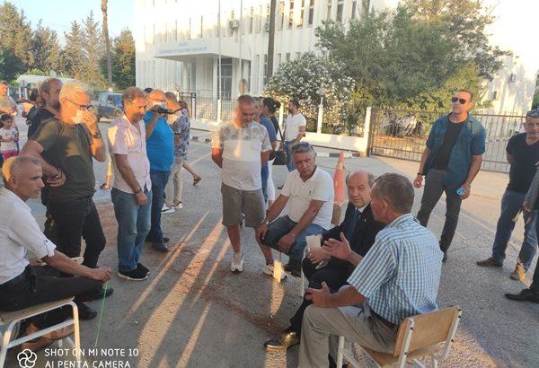 Başbakan Tatar, eylem yapan esnaf ve zanaatkarlar odası üyelerinin yanına giderek görüştü