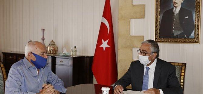 Gazeteci Yazar Kaba, Cumhurbaşkanı Akıncı'ya Kitabını Takdim Etti