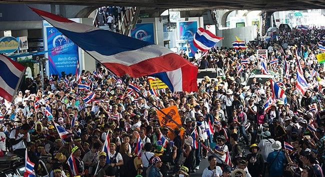 Tayland'da siyasi kriz sürüyor