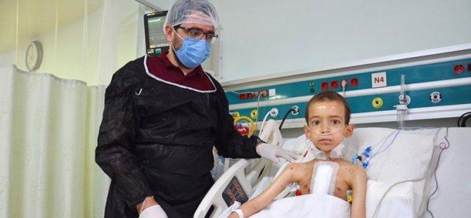 Grip diye hastaneye gitti 7 yaşındaki Ramazan yapay kalple hayata tutundu