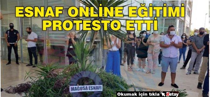 Mağusa'da bir grup esnaf online eğitim kararı nedeniyle DAÜ'de eylem yaptı