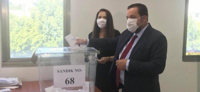 Adaylar oylarını kullanıyor..Denktaş oyunu verdi