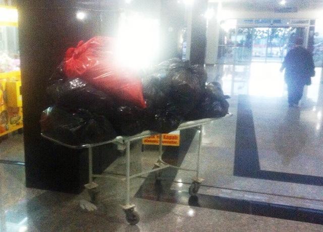 Sedye ile hastalar yerine çöpler taşınıyor.
