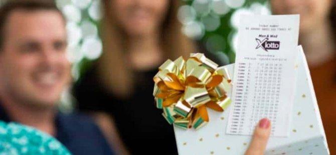 20 yıldır, kaybettiği eşinin oynadığı numaralarla kupon dolduran kadın lotoda büyük ikramiyeyi kazandı