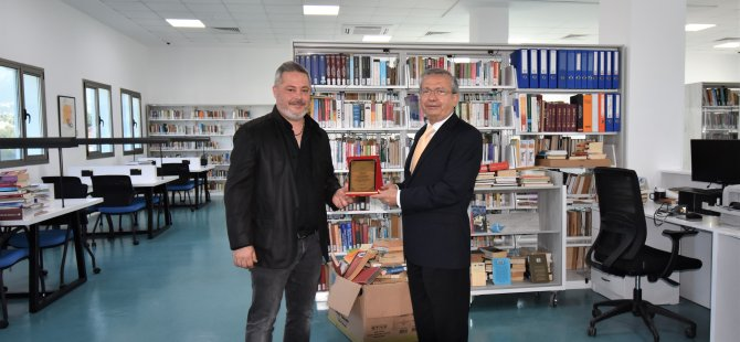 Mustafa Derat, Girne Üniversitesi Büyük Kütüphaneye 500 Kitap Hediye Etti.