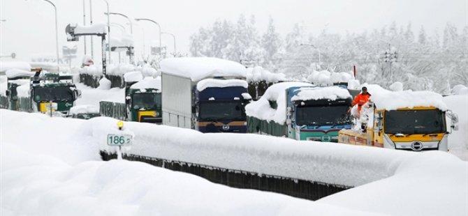 Japonya'da Yoğun Kar Yağışı Nedeniyle Otoyollarda 1000'e Yakın Araç Mahsur Kaldı