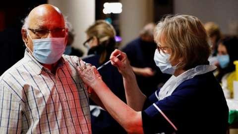 İngiltere'de 70 yaş ve üstü ile klinik olarak yüksek risk altındaki grupların aşılanmasına başlanıyor
