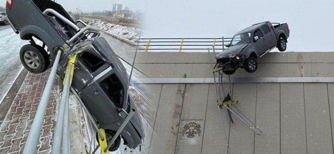Kar nedeniyle kayan kamyonet köprüde asılı kaldı, sürücü kendi imkanlarıyla kurtuldu