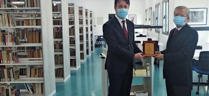 Türkiye İş Bankası, Girne Üniversitesi Büyük Kütüphane'ye Kitap Hediye Etti.