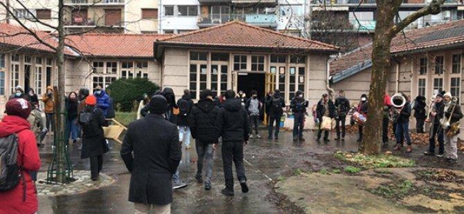 Paris'te Soğukta Kalan Yaklaşık 150 Göçmen Ve Mülteci Kendilerini Bir Okula Kapattı