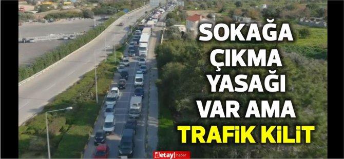 Girne'de sokağa çıkma yasağı olmasına rağmen trafik kilitlendi.