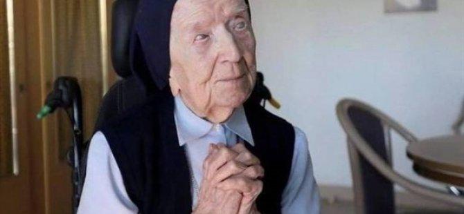 """""""Avrupa'nın En Yaşlı İnsanı"""" Rahibe Lucile Randon, Kovid-19'u Yendi"""