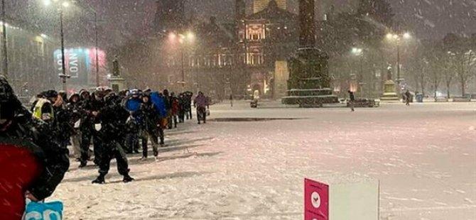 İskoçya'da Dondurucu Soğukta Yemek Sırası Bekleyen Evsizlerin Görüntüsü Tepkilere Yol Açtı