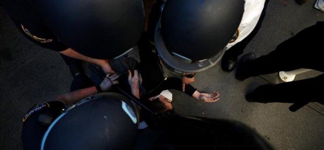 ABD Polisinin, Tutuklarken 5 Dakika Boynuna Baskı Uyguladığı Adam Hayatını Kaybetti