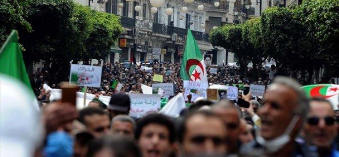 """Cezayir'de Halk """"Köklü Değişim"""" Talebiyle Yine Sokaklara İndi"""