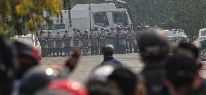 Myanmar'da Protestoları Engellemek İçin Kamu Binalarının Çevresine Asker Konuşlandırıldı