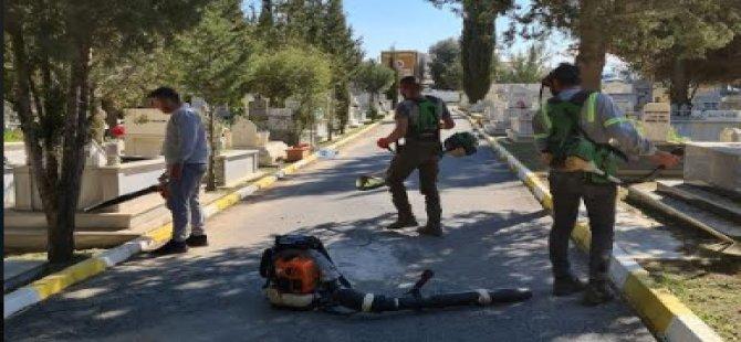 Girne Belediyesi Karaoğlanoğlu Mezarlığında Temizlik Çalışması Gerçekleştirdi