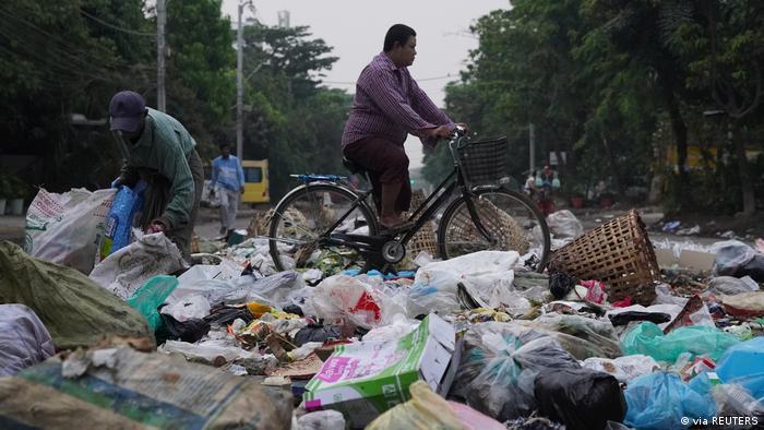 """Myanmar'da askeri darbeye karşı """"çöp grevi"""""""