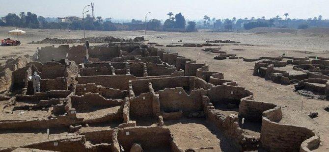 Mısır'da arkeologlar kumların altına gömülü 'kayıp altın şehri' keşfetti