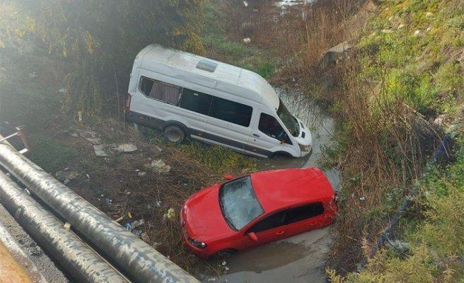 Lefkoşa'da direksiyon hâkimiyetini kaybeden sürücü çarptığı araçla birlikte dereye düştü