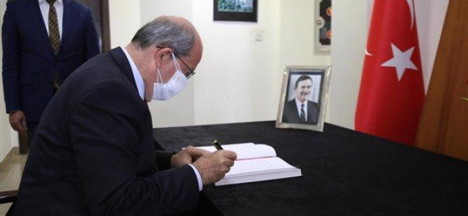 Cumhurbaşkanı Tatar, Akbulut'un vefatı nedeniyle açılan taziye defterini imzaladı