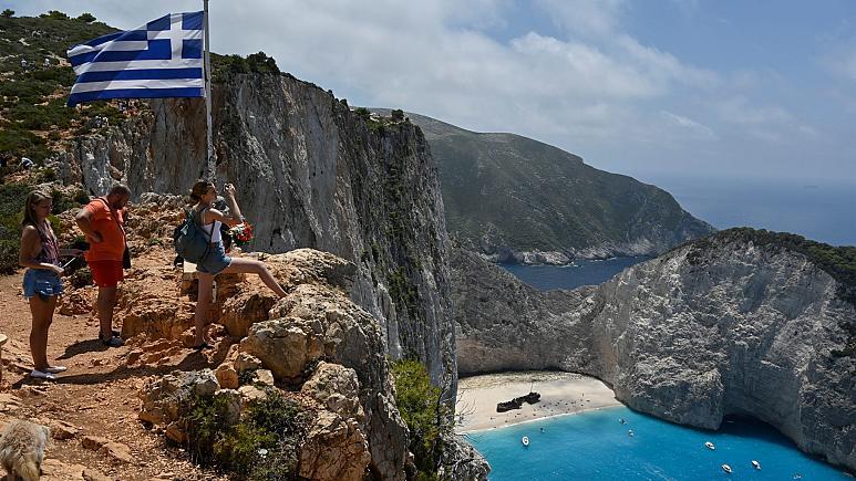 Ανοίγοντας την τουριστική σεζόν, η Ελλάδα σηκώνει την καραντίνα για τους πολίτες ορισμένων χωρών που έχουν εμβολιαστεί