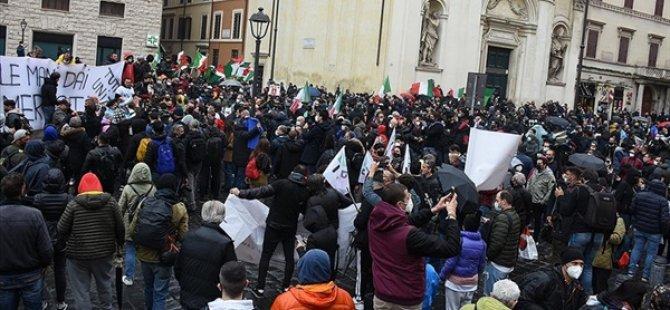 İtalya'da İşletme Sahipleri, Otoyolu Kapatarak Kovid-19 Tedbirlerini Protesto Etti