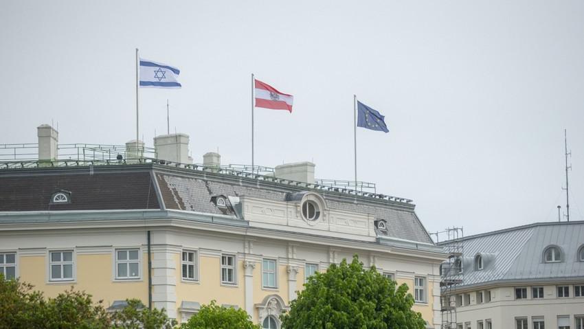 Avusturya'da başbakanlık binasına İsrail bayrağı çekildi
