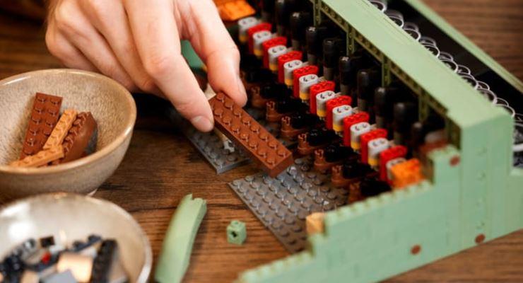 LEGO nostalji yaptı: 2 bin 79 parçalık daktilo