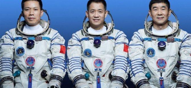 Çin uzay istasyonuna göndereceği ilk insanlı sefere katılacak astronotları tanıttı