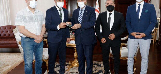 Cumhurbaşkanı Ersin Tatar, KKTC Cimnastik Federasyonu Başkanı Hasan Sapsızoğlu ve Beraberindekileri Kabul Ederek Görüştü.