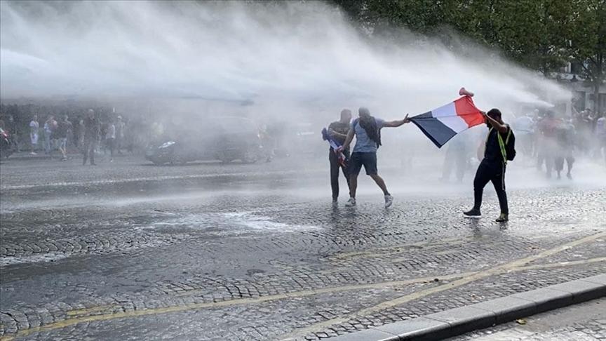Avrupa'da aşı zorunluluğuna ve kısıtlamalara karşı çıkanlar sokağa çıktı; polis müdahale etti