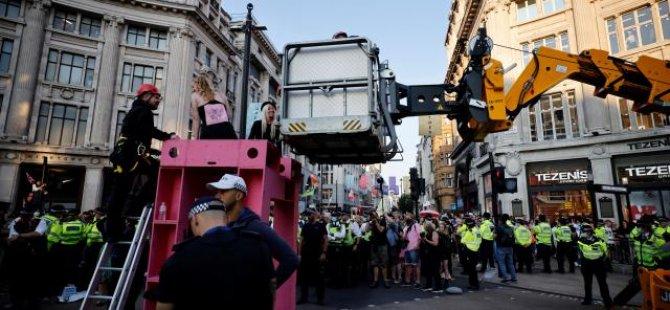 """İngiltere'de eylem başlatan """"çevreci grup"""" sokaklarda 120 ton çöp bıraktı"""