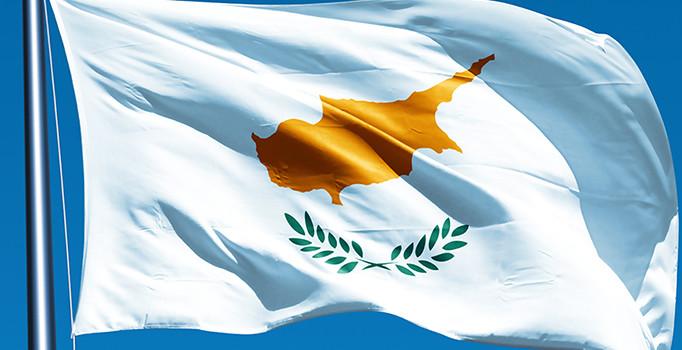 """Kıbrıs Cumhuriyeti"" bayrağını Kıbrıslı Türk çizdi, ELAM bayrağa mesafeli!"