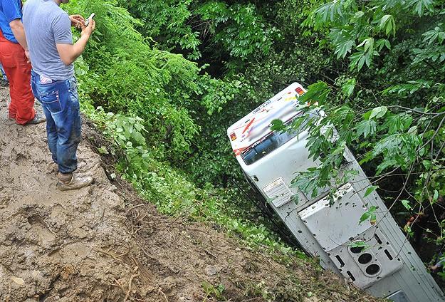 Hindistan'da otobüs vadiye devrildi