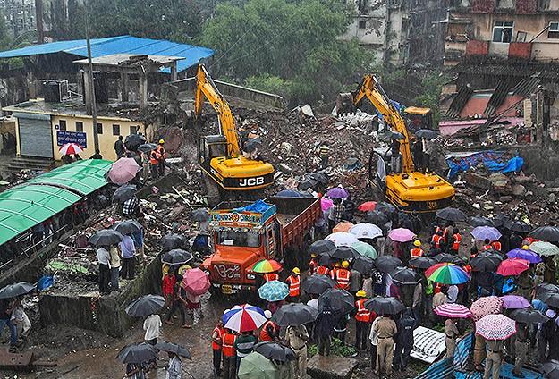 Hindistan'da 3 katlı bina çöktü