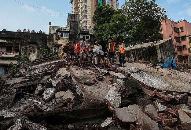 Hindistan'da otel çöktü