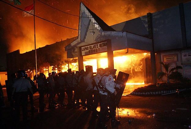 Endonezya'da 200 mahkum firar etti