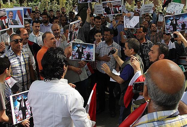 Hollanda'da Mursi'ye destek gösterisi