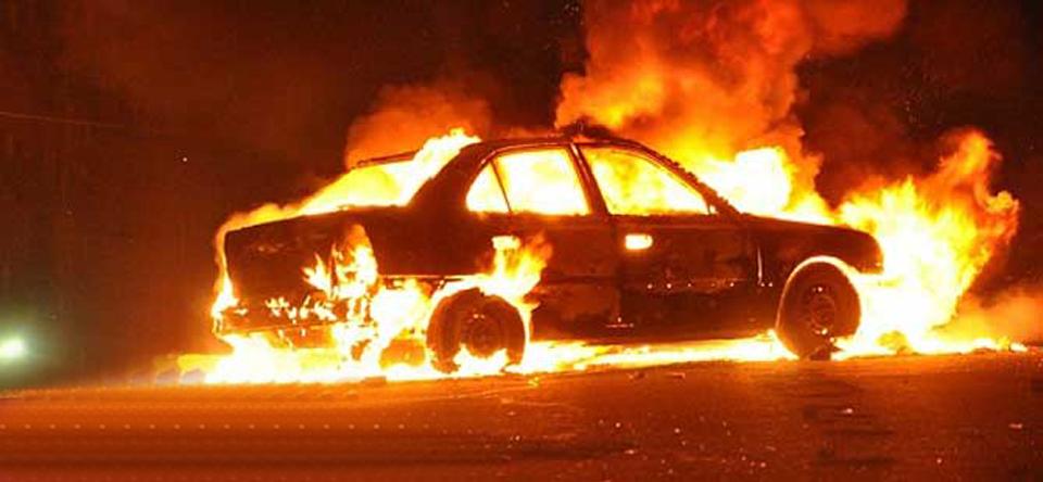 Güzelyurt'ta arabayı yaktı!