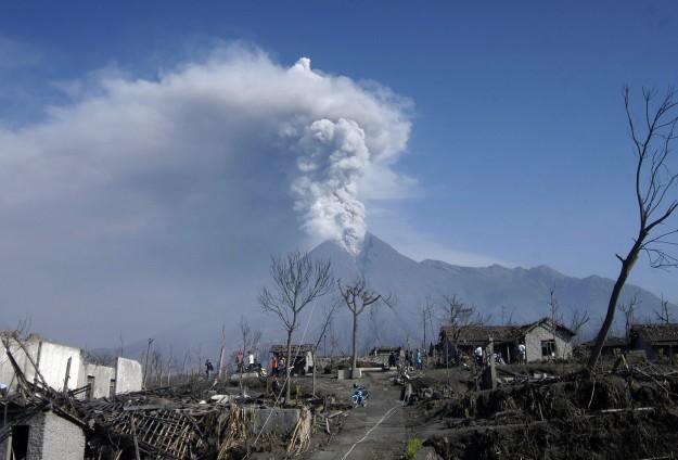 Endonezya'da yanardağ faaliyete geçti
