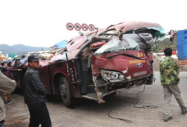 Çin'de otobüs kazası: 16 ölü